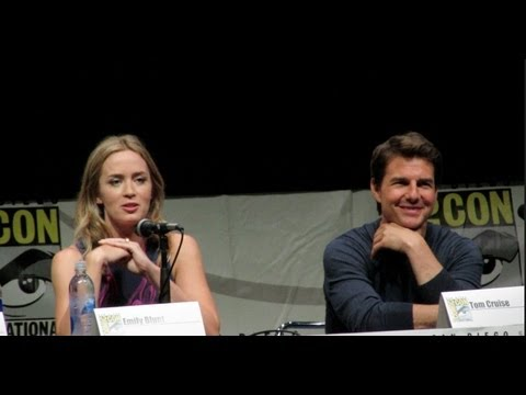 Tom Cruise sings at Comic-Con 2013 with Chris Hardwick