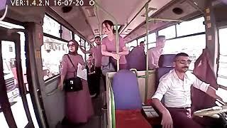Dziewczyna wysiada z jadącego autobusu i ginie pod tylnym kołem.