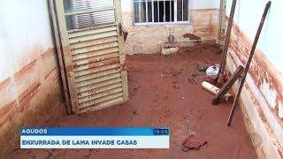 Barragem de obra rompe e lama invade casas em Agudos