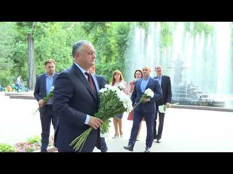 Igor Dodon laid flowers at the monument to Mihai Eminescu