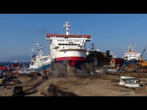 شاهد كيف وصلت هذه السفينة إلى الساحل – لقطة مذهلة جدا