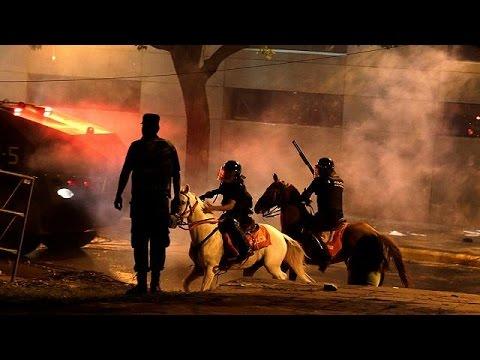 Οργή λαού στην Παραγουάη – Στις φλόγες το Κογκρέσο της Ασουνσιόν