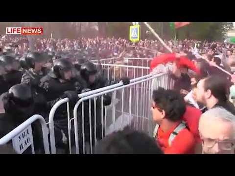 Оппозиция атаковала ОМОН бутылками и камнями (видео)