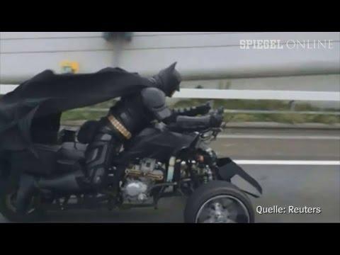 Japan - In der japanischen Präfektur Chiba erfreut ein Superhelden-Fan die Bewohner: Verkleidet als Batman fährt er auf einem motorisierten Dreirad durch die Gegend.