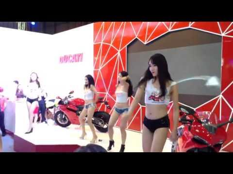 Chân dài bên và siêu xe Ducati - cực sexy