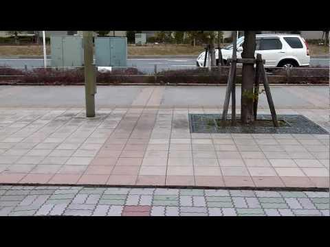 「[震災]東日本大震災の影響で、液状化現象が起きたセブンイレブン明海店前(千葉)の映像。」のイメージ
