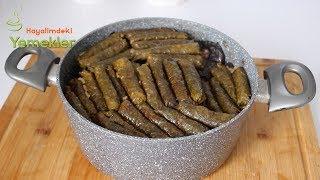 Etli Yaprak Sarma ve Kuru Patlıcan Dolması Karışık  Tarifi için linki tıklamanız yeterli :) https://www.hayalimdekiyemekler.com/cay-saati-tarifleri/etli-yaprak-sarma-ve-kuru-patlican-dolmasi/Etli Yaprak Sarma ve Kuru Patlıcan Dolması için  MalzemelerYarım kilo asma yaprağı ( 400 gr )25 adet kadar dolmalık kuru Ptlıcanİç Malzemesi icin2 su bardağı  pirinç 300-400 gr kıyma ( bir corba kasesi kadar)3 dis sarımsak2 adet buyuk boy sogan2 corba kasigi domates salçası1 corba kasigi biber salçası1 çay bardağı sıvıyağyarim demet maydanoz1 cay kasigi pulbiber1 cay kasigi karabiber1 corba kasigi sumak (eksimsi tat vermesi icin)ve biraz tuz ( yapraklarinizin tadina bakarak tuzu ilave edin yapraklar cok tuzluysa harcina cok az tuz koyun )sosu icin4 su bardagi su1 çay  bardağı sıvıyağisteğe göre üzeri için 50 gr kadar tereyağı Etli  Yaprak Sarma Nasıl YapılırÖncelikle Kuru dolmaları kaynar suda biraz yumuşayana kadar haşlayın.İç Malzemesi için pirinci yıkayıp süzün üzerine küçük küçük doğranmış eti ,soğanları rendelediğiniz sarımsağı,salçayı, baharatları, sıvıyağı ve biraz tuz ekleyip iyice karıştırın.Kuru patlıcanları yarım olacak şekilde iç malzemesi ile doldurunbaş kısmını hafifçe üzerine katlayın.Üzüm yaprakları cok tuzluysa eğer 20 dakika veya 30 dakika ilik suda bekletin ve bir kaç suda yıkayın.yapraklariniz hala deste halindeyse   bir bicak veya mutfak makasiyla hesinin sapini bir defada kesin,size kolaylik olsun diye once sarmalari saracaginiz masa veya tezgahin ustune elinizin yetisebildigi kadar yaprak serin yapraklarin damarli olan kismi yukari parlak olan kismi masaya yapisacak sekilde olsunlarYaprakların üzerine istediğiniz kadar iç malzemesini yerleştirip sıkıca sarın,Sarmaları  ve kuru patlıcanları altına kemikli et yerleştirdiğiniz tencereye dizin.Üzerine sıvıyağı gezdirinSuyu bir kenardan azar azar ilave edin,her ihtimale karşı üzerine bir tabak kapatınÖnce yüksek ateşte kaynamaya başlayınca kısık ateşte pişirin ( benim sarmalarım kısık ateşte 45 dakika gibi bir 