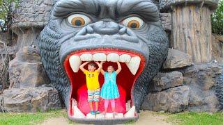 Adriana y Ali se divierten en el parque de diversiones