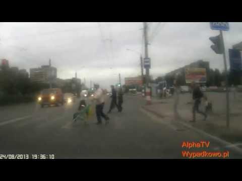 motocyklista-wjezdza-w-wozek-z-dzieckiem