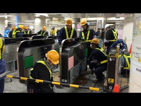 夜中の仕事人。横浜駅で、改札機交換のため、スタンバイ中。