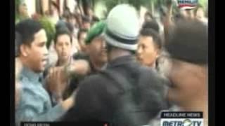 Video Terkena Lemparan Telur, Anggota TNI Bubarkan Unjuk Rasa MP3, 3GP, MP4, WEBM, AVI, FLV Desember 2017