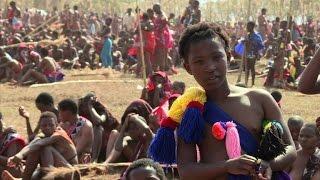 La cérémonie de la Danse des Roseaux au Swaziland célèbre la virginité. Des dizaines de milliers de jeunes femmes vierges dansent seins nus devant le roi, ...