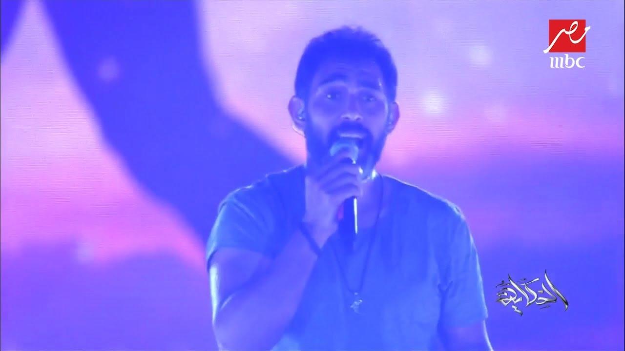 """#الحكاية من #موسم_الرياض .. عمرو مصطفى يغني """"لمستك"""" والجمهور يشاركه الغناء"""