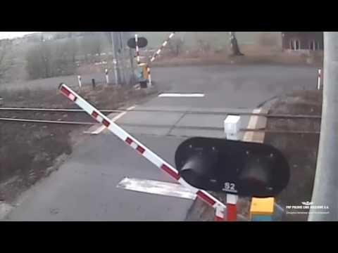 Idiota w renault powoduje wypadek na przejeździe kolejowym w Czerwionce