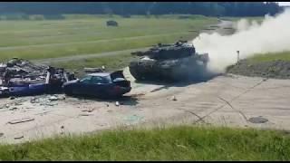 Rozpędzony czołg vs samochód. Tak się bawią żołnierze