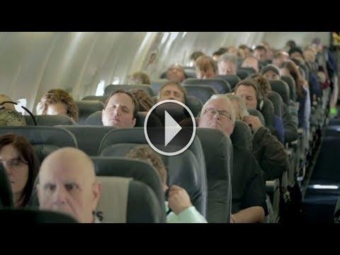 العرب اليوم - شاهد: غلبهم النوم في الطائرة وعندما استيقظوا لم يصدقوا ما يرون بأعينهم