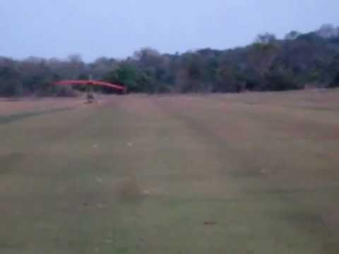 Juriati voando de trike em Sidrolândia e seu colega Renegil voando de paramotor