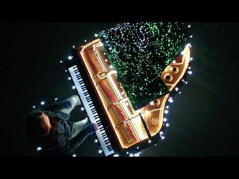 Mężczyzna przyłączył 500 tys. światełek do fortepianu – Gdy zaczyna grać, aż dech zapiera w piersiach.