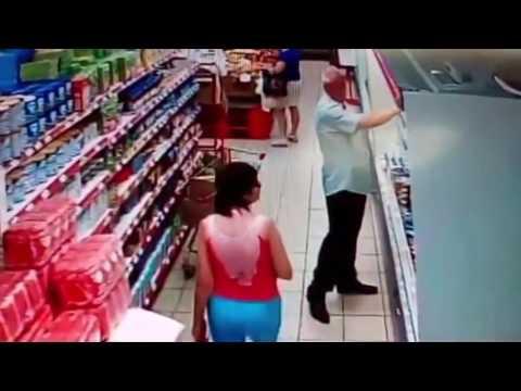 El pervertido del supermercado: un hombre es grabado mientras fotografía bajo la falda de una mujer