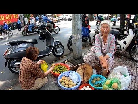 Cụ bà 85 tuổi bán rổ trái cây mưu sinh bật khóc khi nhắc chồng quá cố - Thời lượng: 10 phút.