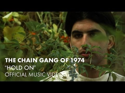 Tekst piosenki The Chain Gang of 1974 - Hold on po polsku