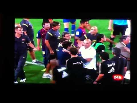 Vilanova slapping Mourinho (видео)
