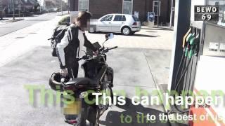 Pechowa motocyklistka i gleba na stacji