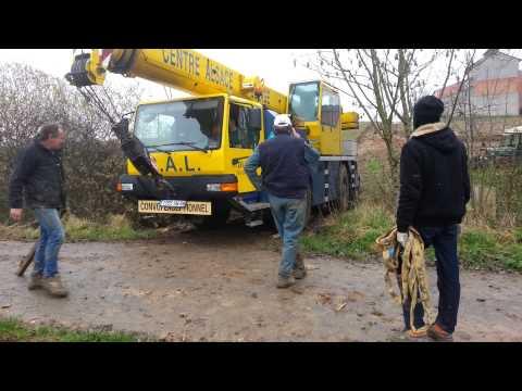 Depannage agricole d'une grue mobile embourbée