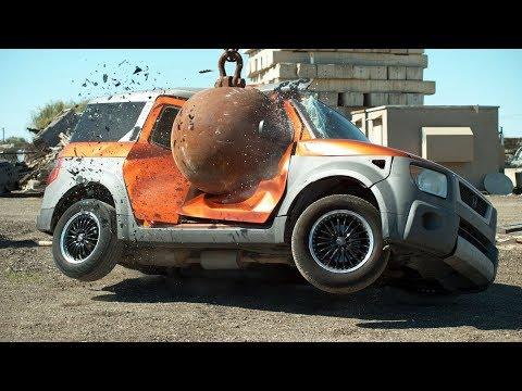 Как машины уничтожают четырехтонным шаром в слоу-мо