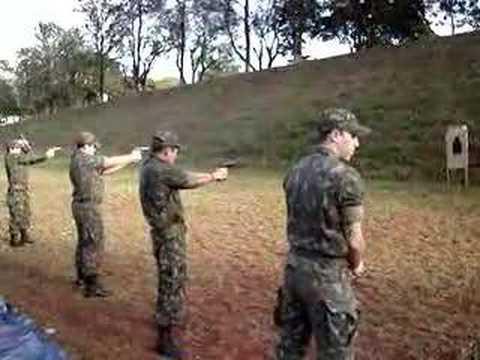 pistola 9 milimetros - Treinamento de Tiro com Pistola Beretta 9mm. Na série, da direita para esquerda: Miorin, Veiga, Costa.
