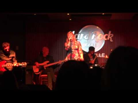 Kelly Clarkson live at the Hard Rock Nashville –  Please Come Home For Christmas