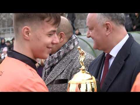 Igor Dodon a înmînat Cupa Președintelui învingătorilor turneului de fotbal între liceeni