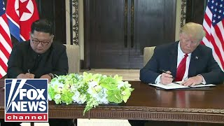Video Trump and Kim hold surprise document signing during summit MP3, 3GP, MP4, WEBM, AVI, FLV Juni 2018