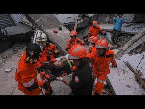 Φόβοι για πάνω από χίλιους νεκρούς στην Ινδονησία μετά τον σεισμό…