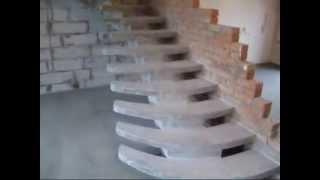 Монолитная лестница на центральном косоуре