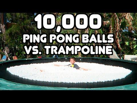 他在放入10,000個乒乓球的跳躍床玩起了滑板