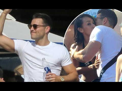 Video Mark Wright orders drinks from a bikini-clad waitress in Las Vegas - 247 News download in MP3, 3GP, MP4, WEBM, AVI, FLV January 2017