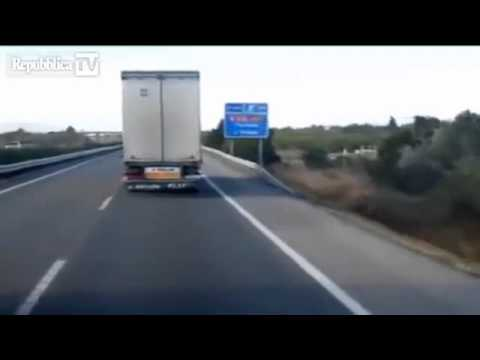 incredibile!!! ecco come il vento solleva un camion in corsa