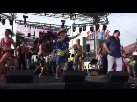 El Guitarreno junto a Tito Nieves en El 50 Aniversario de la Salsa.