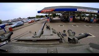 Taki wypad to ja rozumiem! Przejażdżka czołgiem FV101 Scorpion na stację benzynową!