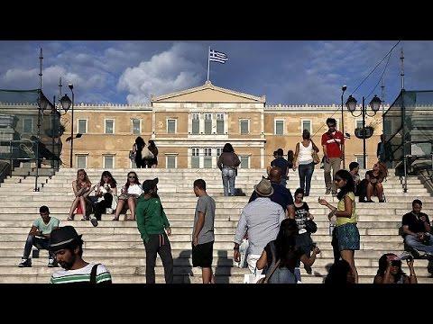 Αντιδρούν οι Έλληνες σε αυξήσεις ηλεκτρικού και περικοπές συντάξεων