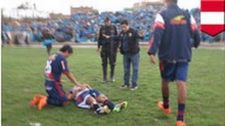 Video VIDEO: Un joueur de football se fait frapper par la foudre! MP3, 3GP, MP4, WEBM, AVI, FLV Mei 2017