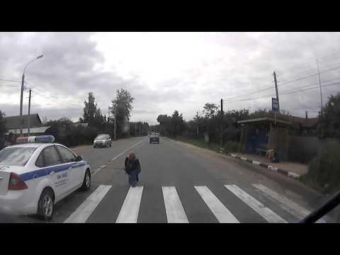 Pogledajte: Policajac preticao preko pune linije i udario pešaka na prelazu