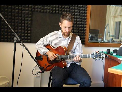 Libor Šmoldas hraje ukázku ze svého alba Blue