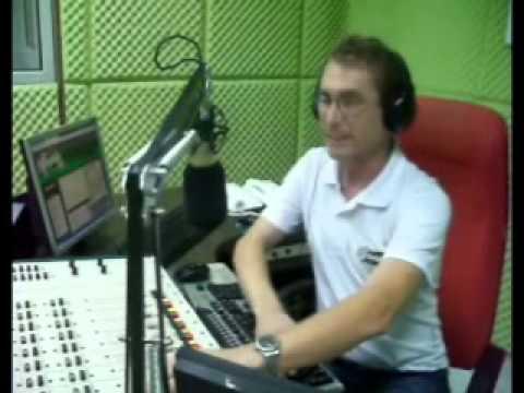 MARCELO STRACK JOGA CAMISA NA BAND FM 99.9 EM CORUPÁ.wmv
