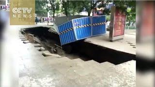 لحظات ابتلاع حفرة ضخمة للمارة على ممشى مزدحم فى الصين