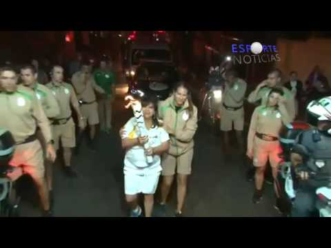Dona do Magazine Luiza cai com a tocha olímpica