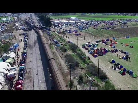 Random: Notizie dall'Italia e dal Mondo. Migranti al confine tra Grecia e Macedonia.
