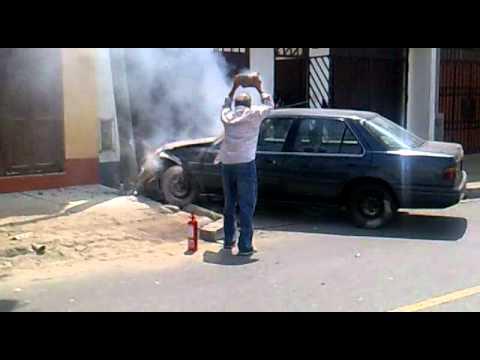 Durante esta mañana: un chofer chocó y su auto se incendió en Surco