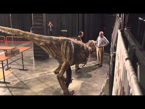 這些NBA球員在球場中走到一半,一隻超大隻的恐龍就出現要把他們的頭給咬掉!